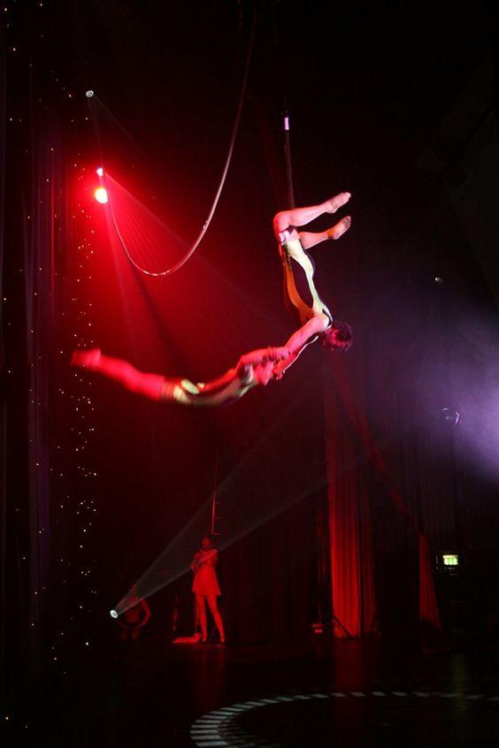 Acrobat trapeze