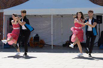 Twin Swing – Themed Dancers | UK