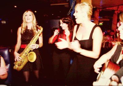 Busking Bellas – Walkabout Acoustic Band   UK
