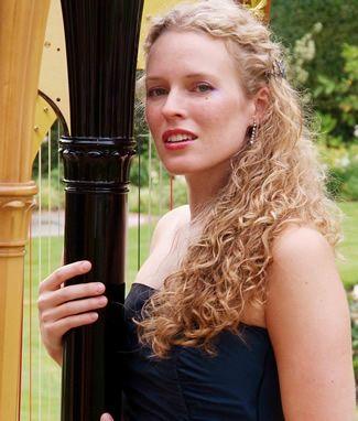 harriet-acoustic-harpist4